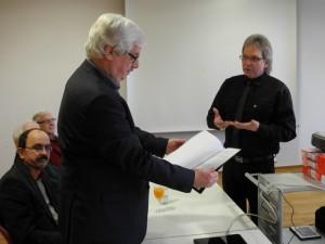 Stadtarchivar Dr. Thomas Giessmann (links im Bild) erhält eine Liste als Finbuch zu 6566,75 Filmminuten