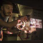 Abb-03_Bastian-am-Projektor