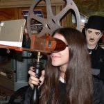 Wie die beiden Augen des Menschen räumliche Wahrnehmungen entwickeln, erfuhren die Mädels anhand des Stereoskop.