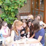 Bevor sich die Gruppe sichtlich zufrieden verabschiedete, schrieb jedes der Mädels ins Metropoli Gästebuch.