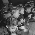 """Standbild aus dem LWL Filmbeitrag """"Aufbau West"""" Schüler Speisen gemeinsam"""