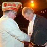 Verneigung vor dem Präsidenten der KG Abendgesellschft, für so viel Wertschätzung und Ehre (Foto: Udo Feltel)
